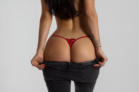 sexy roter String unter einer Jeans
